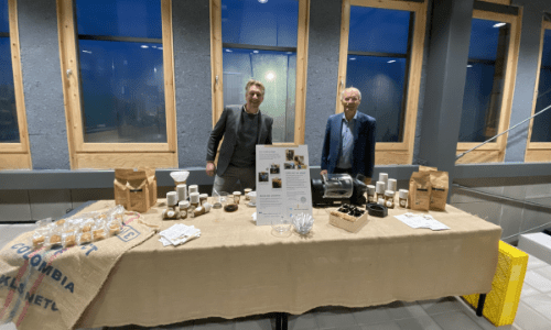Maarten (Van Zelst) en Cees (Wasvenboerderij) zijn aanwezig om alles uit te legen over deze speciale koffie.